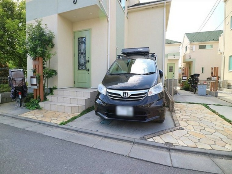 駐車場 充分な駐車スペース!間口が広いので車庫入れもらくちん!
