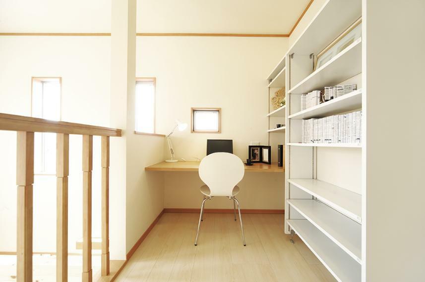 【20号地】 2階フリースペースは、本棚を置いて家族共有の書庫にしたり、PC机を置いてワークスペースにしたり。 ※写真は弊社施工例