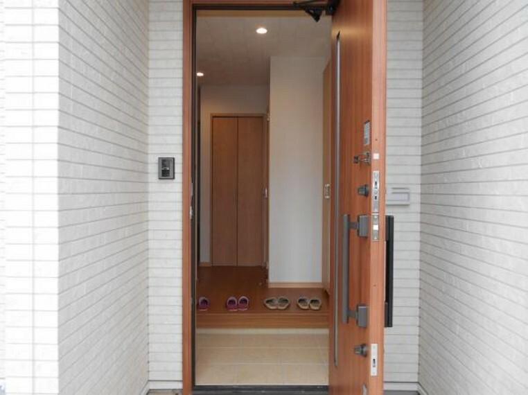 玄関 【玄関】ダブルロックドアで安心のセキュリティー。