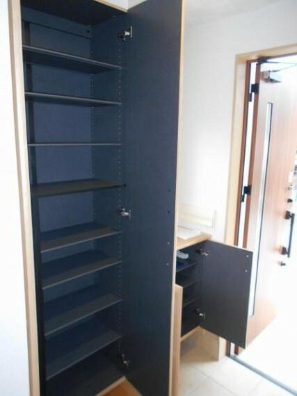 玄関 【玄関】大容量のシューズクロークで、家の顔である玄関を綺麗に整頓可能。