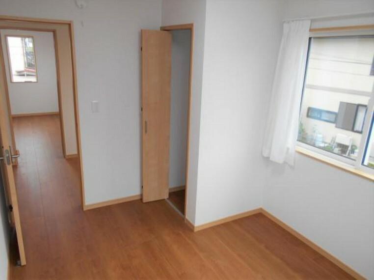 【洋室】明るい木目とクロスで、開放的な室内を演出。