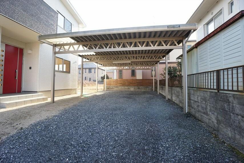 駐車場  お車4台駐車できる広い駐車場には立派な屋根がついています