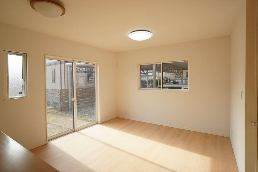 居間・リビング  大きな窓から差し込む日差しが、ご家族を暖かく包み込んでくれます