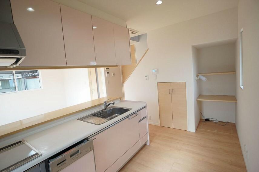 キッチン  背面広々 キッチン横に収納もあります