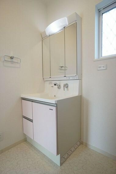 洗面化粧台  収納タップリで、大きな洗面台 朝の支度もスムーズに
