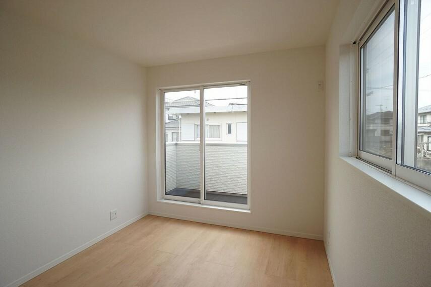 洋室  大きな窓があり、明るい洋室です