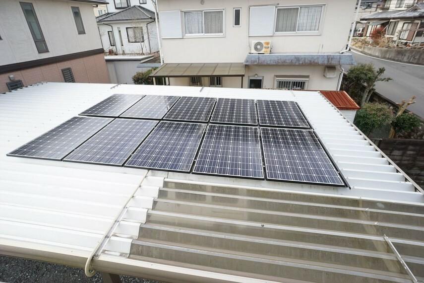 車庫の屋根には太陽光パネルが設置されています