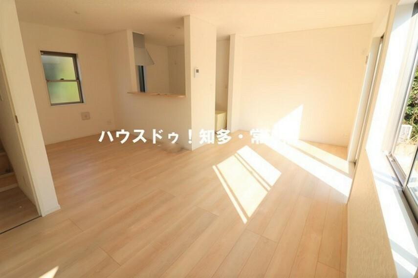 居間・リビング 16.5帖LDK 南向きの窓から光が射し込む明るい団らんの場。