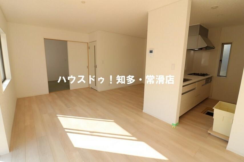 居間・リビング 引き戸を開ければ、和室を一体的に利用でき、開放的な空間が生まれます。