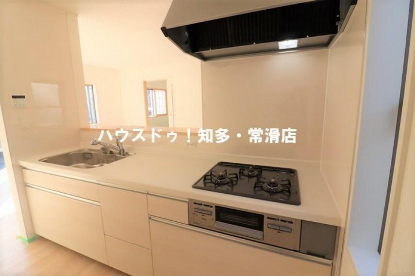 キッチン ダイニングを見渡せるカウンターキッチン! 背面にキッチンボードを配しても お二人並んでお料理が楽しめるゆったりスペース。