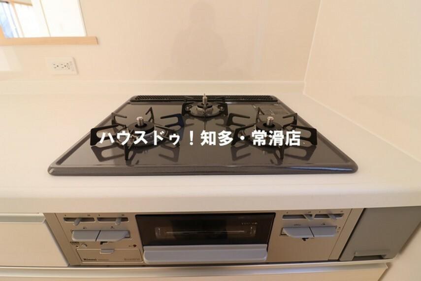 お片付け中の音やお料理中の匂いがリビングに届きづらい、セミクローズタイプのキッチン!