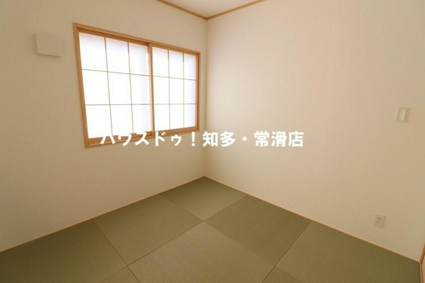 和室 4.5畳和室 玄関側にも入り口があるので、急な来客時にも柔軟に対応してくれますね。