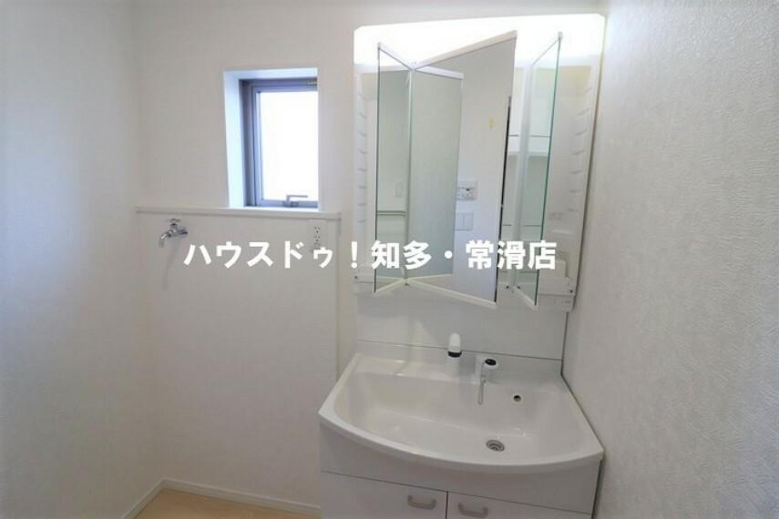 洗面化粧台 洗髪もできるシャンプードレッサー。 洗面所内には洗濯機置場もあります。