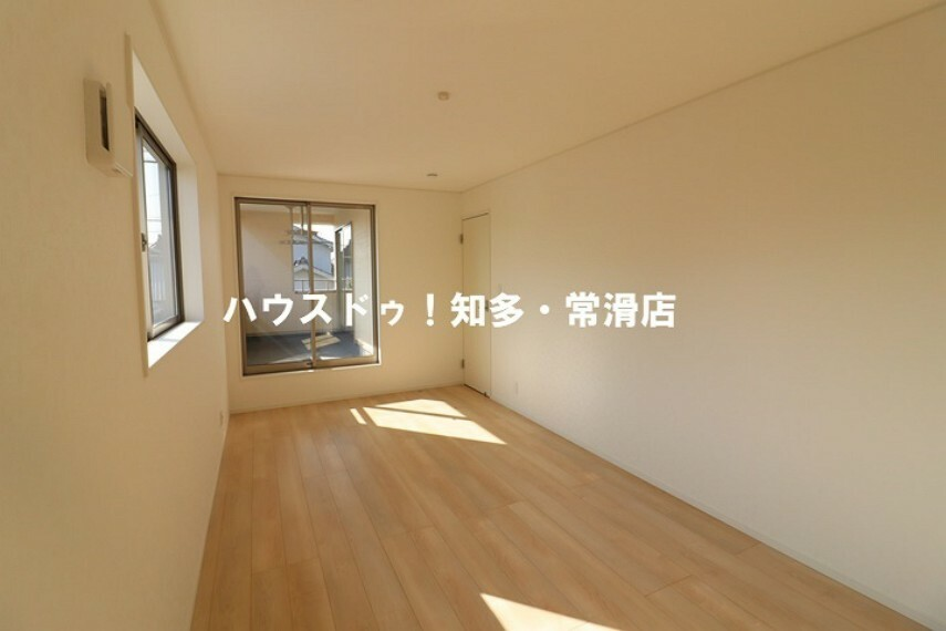 洋室 9帖洋室 バルコニーへ出入り可能な居室です。 主寝室にいかがでしょうか。