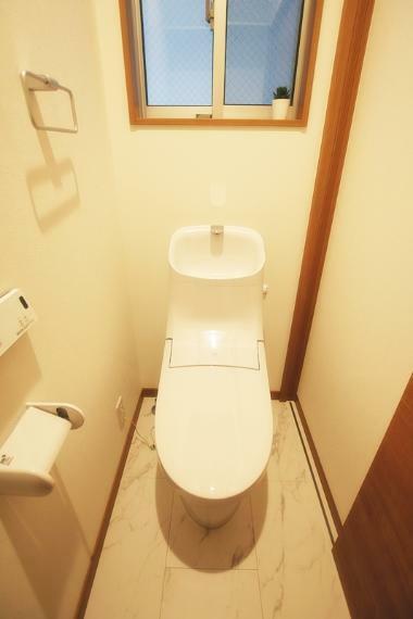 トイレ 新築施工事例です。フチのない形状、キズや汚れに強くお掃除しやすい節水トイレ。