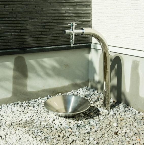 現況外観写真 【住まいを彩るアイテム:外水栓】  洗車や植栽の水やりなどに活躍する外水栓。(※同仕様施工例)