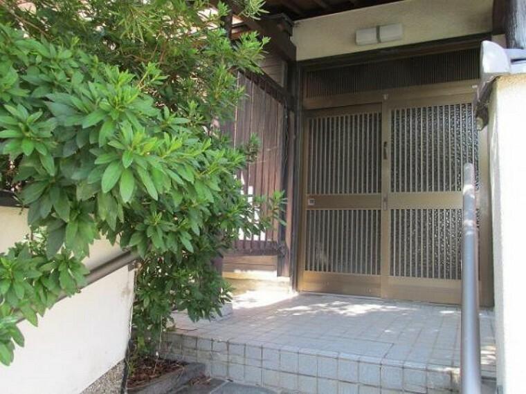 玄関 玄関には門扉があり、プライバシーも守られますね!
