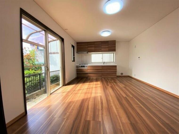 居間・リビング 1F LDK(12帖) 窓の大きなリビングは気持ち良い陽が差し込みます