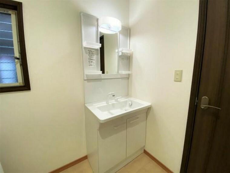 洗面化粧台 3面鏡、シャワーヘッド付のスタイリッシュな洗面台