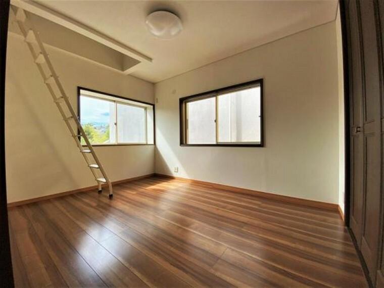 2F北西向き洋室(6帖) ロフトのあるお部屋、天井が高くて明るいので心地よい空間になっています