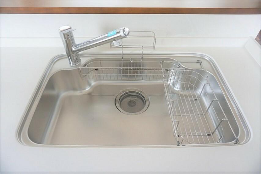 キッチン 大きなお鍋も楽々洗える幅の広いシンクです。ステンレスシンクなので簡単にお掃除できますよ。