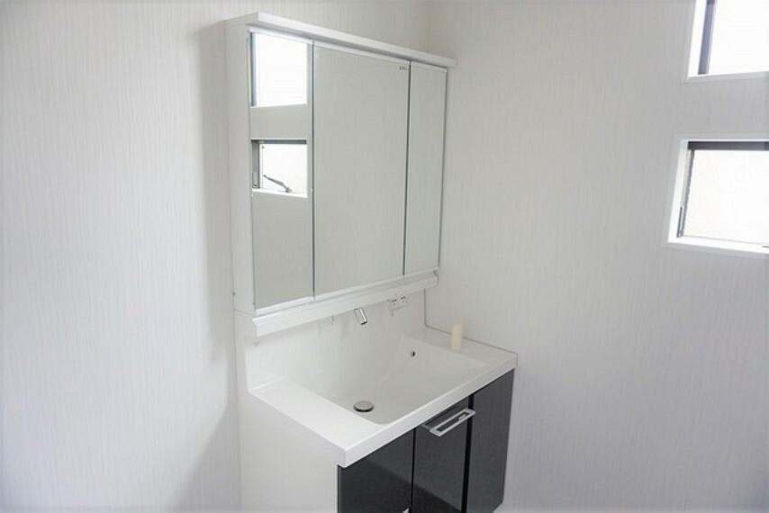 洗面化粧台 三面鏡付き洗面化粧台で準備もはかどりますね^^