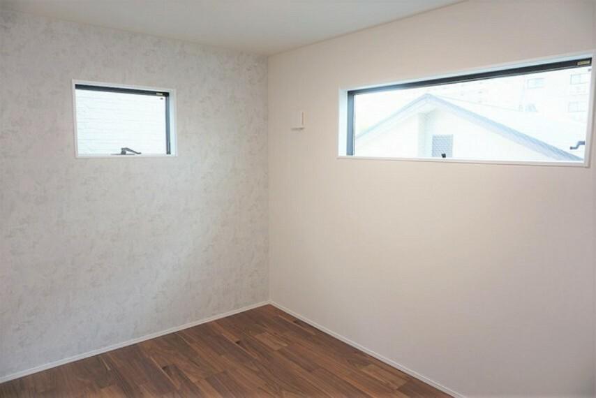 寝室 2面採光を確保した明るい室内は、風通しも良く、大変居心地の良い空間となっております。