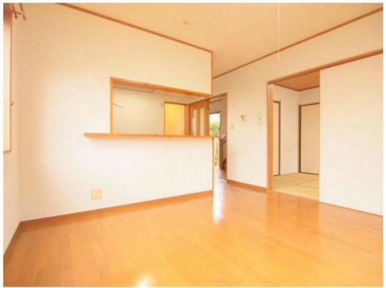 居間・リビング リビングには2WAYの6帖の和室が隣接!