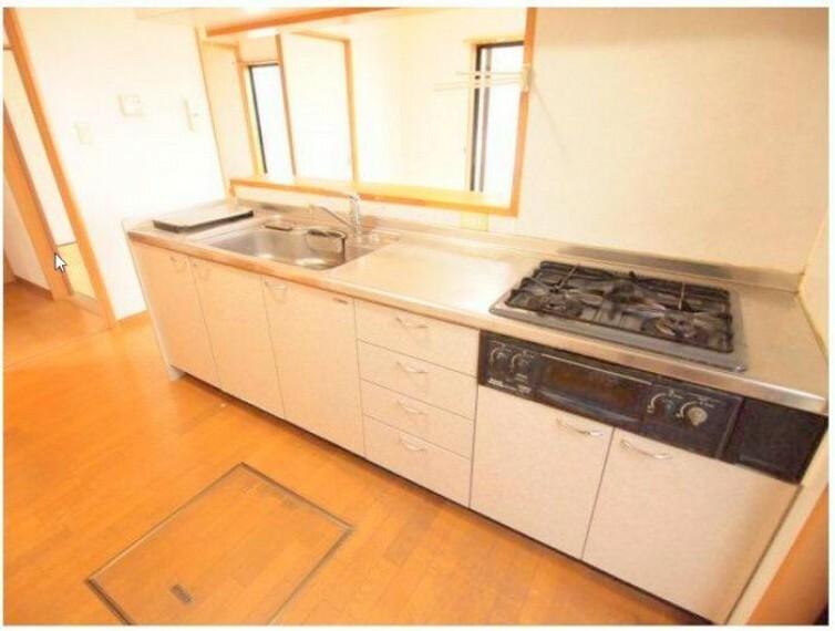 キッチン 3口コンロでお料理がいっきに作れますね