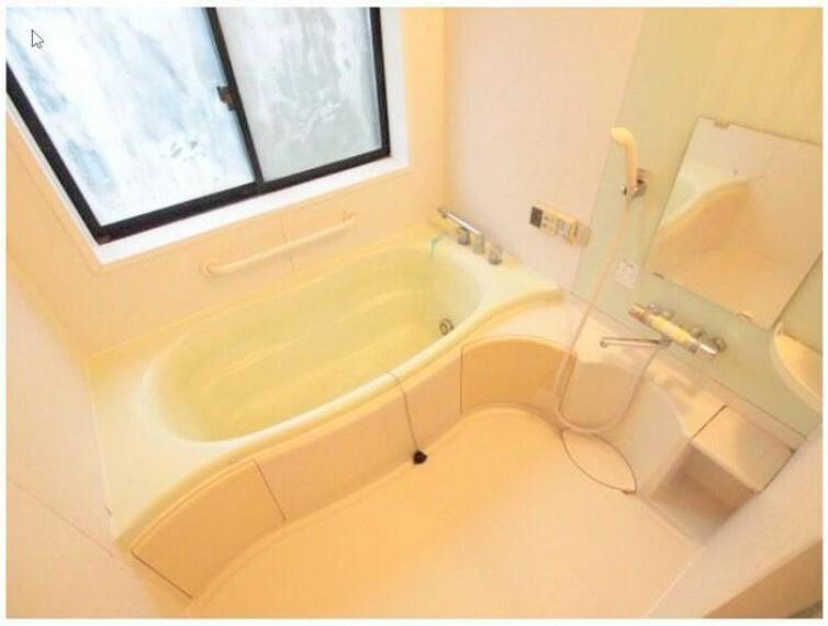 浴室 広々バスルームには換気も良好な窓付きです!