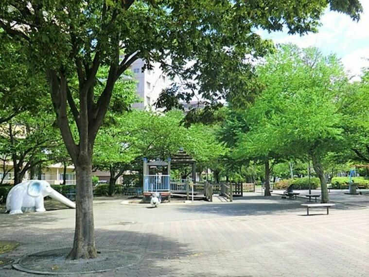 公園 お子様とのお散歩やペットとのふれあいなど、日常の中で閑静な自然のゆとりを感じていただくことができます。