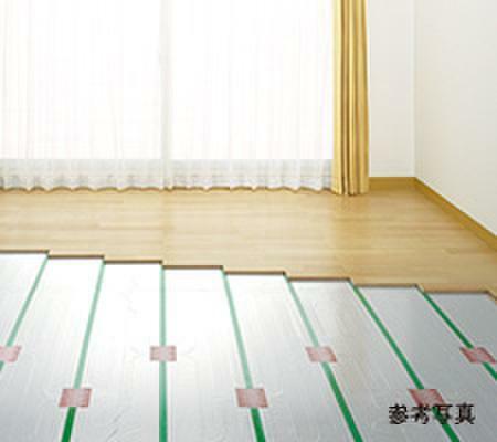 冷暖房・空調設備 足下から室内全体を暖める床暖房システム。ハウスダストを巻き上げず、クリーンな暖房です