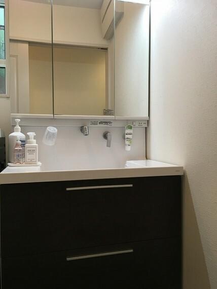 洗面化粧台 ワイド鏡付きの洗面所は収納も完備