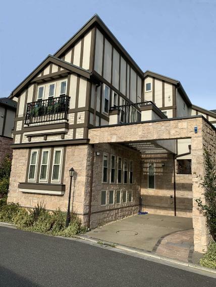 外観写真 石積み調のタイルやハーフティンバー・ロートアイアンが、伝統的な英国邸宅の雰囲気を醸し出す建物外観。