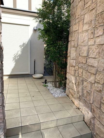 外観写真 シンボルツリーが出迎えてくれる、玄関ポーチと和室の庭を兼ねたテラス空間。