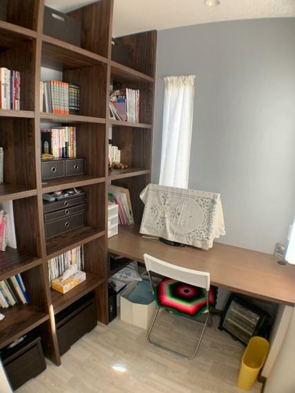 約10.4帖の広さを持つ主寝室には、ちょっとしたデスクワークが出来る書斎コーナーを設置。