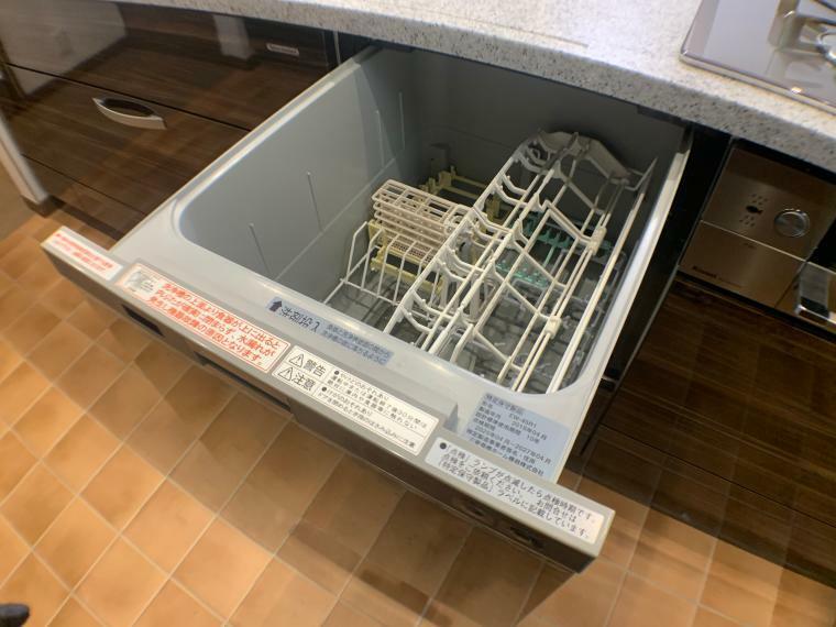 キッチン 約40点の食器を洗浄・乾燥できるビルドイン食洗器。 (低騒音で除菌洗浄機能付き)