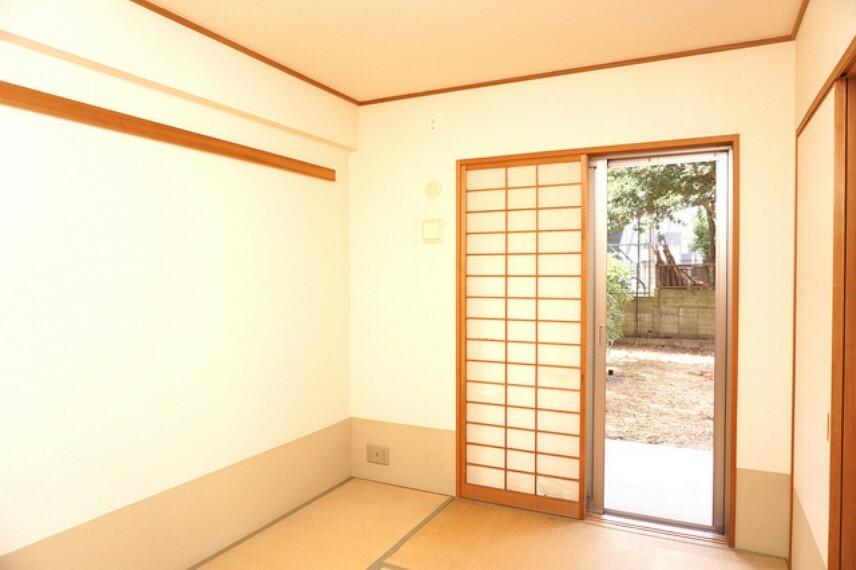 洋室 リビングに隣接した和室