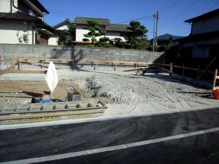 現況外観写真 現地西側道路方向から見た基礎工事中の現地現況。