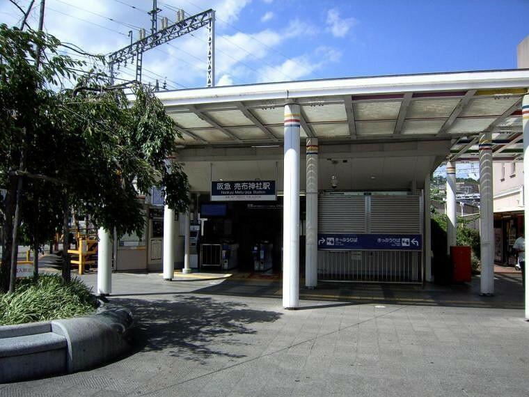 徒歩で行ける最寄駅の阪急線売布神社駅。坂がないので自転車が利用できます。