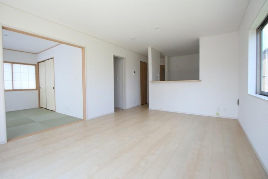 同仕様写真(内観) 和室と合わせて22帖の大きな空間。 ご家族の憩いの場にぴったりですね。 お客様が大勢いらしてもゆったりおくつろぎ頂けます。 (同仕様)