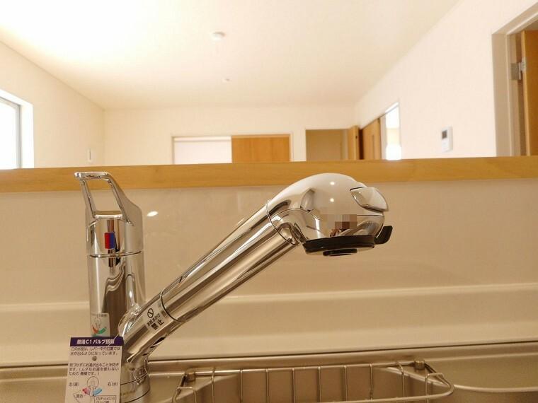 同仕様写真(内観) 水栓一体型の浄水器を設置。 場所を取らずにきれいな水がいつでも利用できます (同仕様)