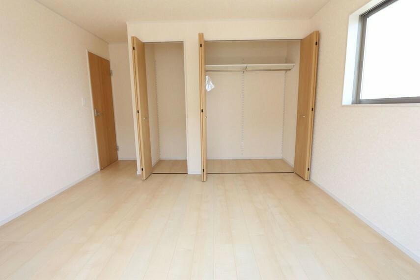洋室 2階洋室には全てクローゼットがございます。 沢山の衣類や小物もすっきり整理できますね。 (同仕様)