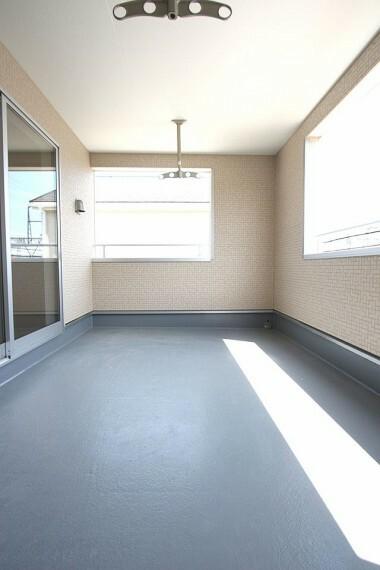 バルコニー 屋根があり、突然の雨でもお洗濯物を濡らす心配はありません。 2室から出入りできる便利な設計です。 (同仕様)