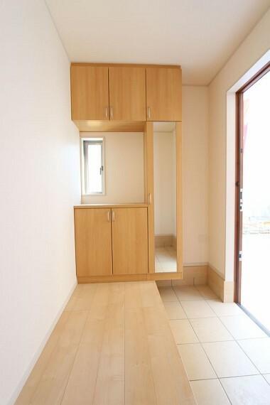 玄関 大容量のシューズボックスは40足程度入ります。 散らかりがちな場所の整理に役立ちます (同仕様)