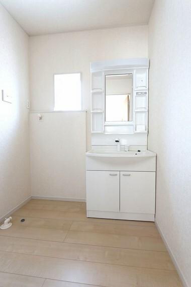洗面化粧台 大型の洗濯機も無理なく設置できる広さを確保。 洗面台は便利なシャワー付きです。 (同仕様)