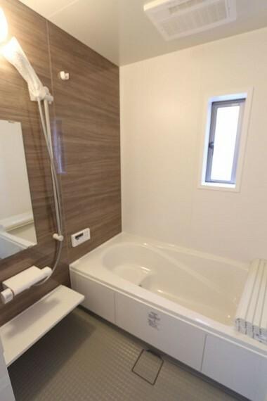同仕様写真(内観) 半身浴もゆっくり楽しめる1坪の広々浴室。 お子様と一緒のバスタイムも楽しめますね。 (同仕様)