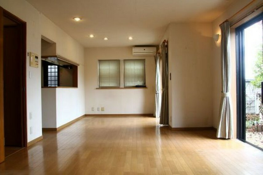 居間・リビング 二面の大きな開口から差し込む明るさはリビングで過ごす家族に心地よさを演出します。
