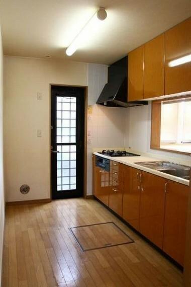 キッチン キッチンには勝手口が設けられているため、ゴミ出しや外へのちょっとした動作に便利。 格子付きの上げ下げ窓があるため、通気も可能です。