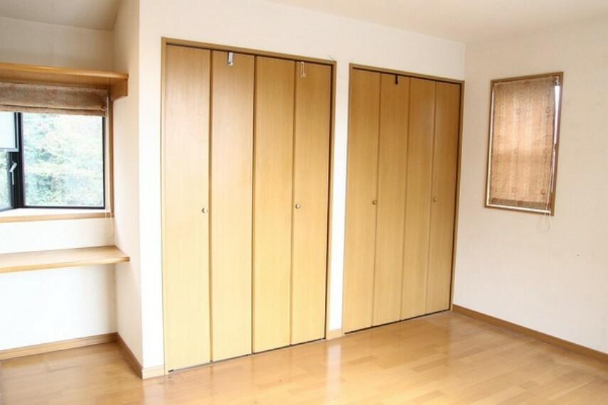 収納 収めるものに合わせた使い方ができる収納。 室内に二つあるので、季節ごとに合わせての入れ方も可能ですね。